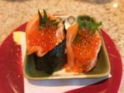 華鮭 サーモンでイクラを巻く親子巻。一つはそのまま、もう一つは海苔を巻いて。