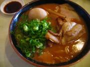 豚骨スペシャル 豚骨醤油のこってりスープ。とんとろチャーシューはとろっとした味わい。醤油ダレにつけてもいい。(08.5)