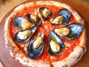 コッツェ トマトベースの生地に柔らかいムール貝がたっぷりとのる。お好みでチリインオイルをかけて。