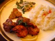 カバブ 海老と鶏の2種類。カバブランチでいただける品。柔らかく、香ばしい。つけ合わせはカレー味のポテト。